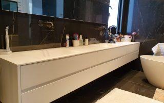 ארון אמבט עם ידית אינטגרלית בשילוב משטח קוריאן